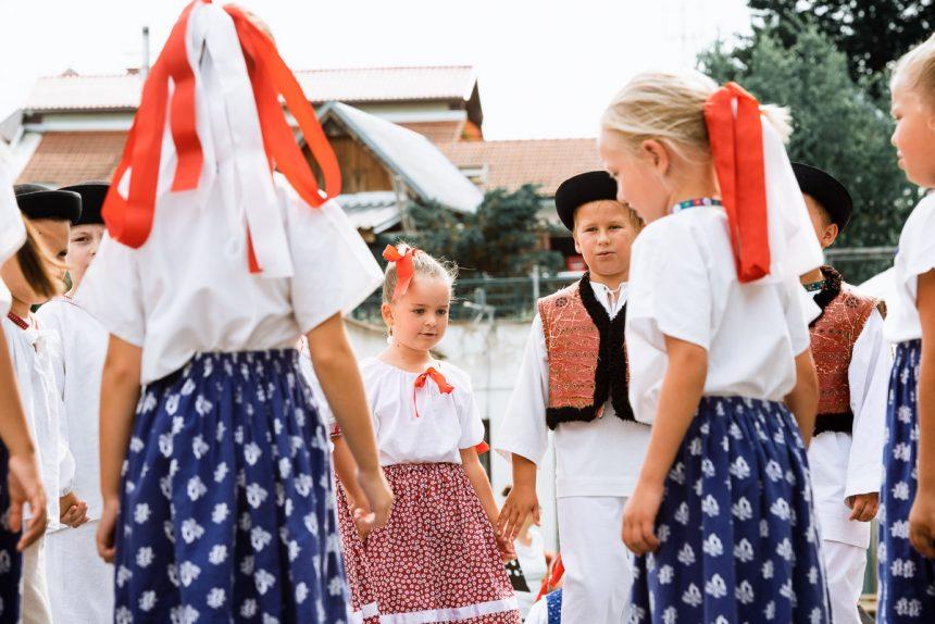 Deti z DFS Prvosienka tancujú vonku