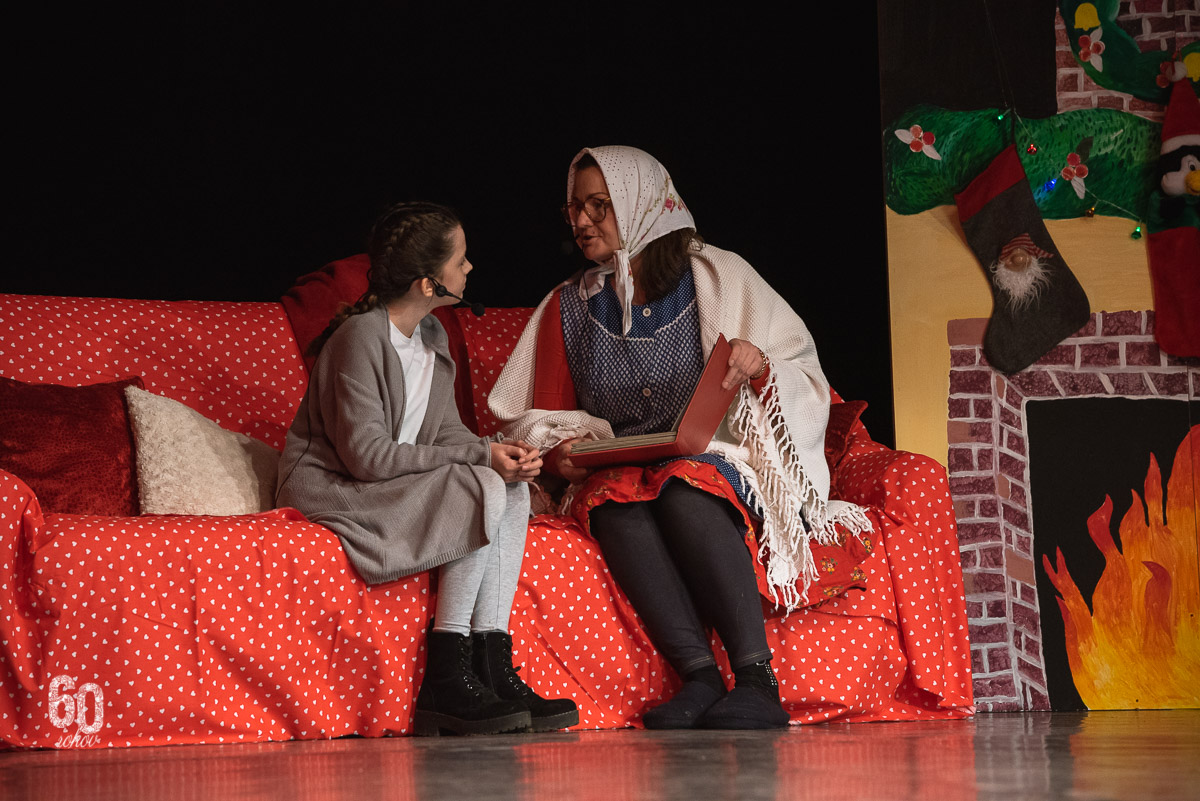 Vianočný koncert Základnej umeleckej školy Dubnica nad Váhom s názvom Rozprávkové Vianoce, babka s vnučkou